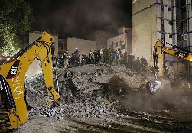 Piedad Narvarte'deki çöken bu binanın enkazını kaldırabilmek içinse diğer çoğu yerin aksine ağır vinçler getirilmiş.