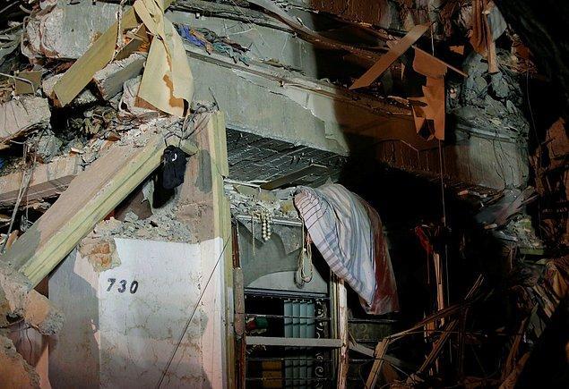Bu yıkık binada da çöken katlardan sarkan yatak odası takımları ve diğer eşyalar göze çarpıyor.