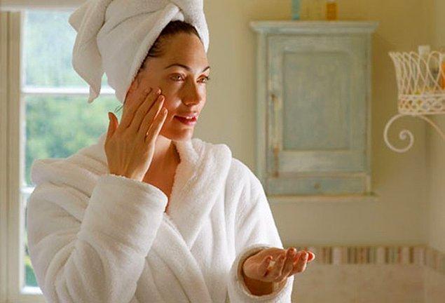 5. Yoğun içerikli cildinize ağır gelebilecek gece kremlerinden uzak durmanızda büyük fayda var!
