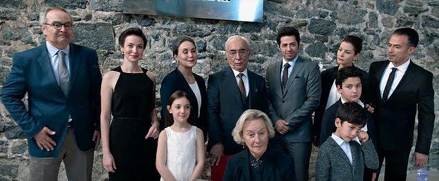 Mazhar Kozanlı'yı canlandıran Şener Şen'e; Rutkay Aziz, Çiğdem Selışık Onat, Tilbe Saran, Ruhsar Öcal, Nihal Yalçın, Mert Fırat, Defne Kayalar ve daha pek çok ünlü oyuncu eşlik ediyor.
