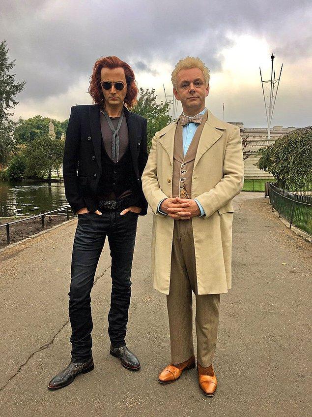 """6. Neil Gaiman uyarlaması """"Good Omens"""" dizisinden ilk görsel yayınlandı. Michael Sheen ve David Tennant başrollerde."""