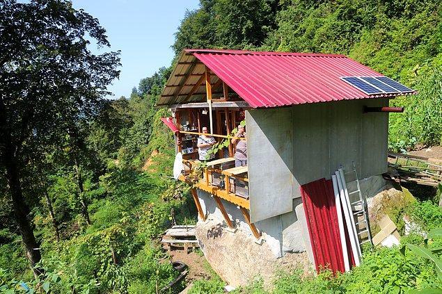 Kayanın üst kısmını düzleştirmek için önce yontan ve ardından üzerine tuğla ören Eren, 16 metrekarelik bu evi 2 yıllık çalışma sonucu tamamladı 👇