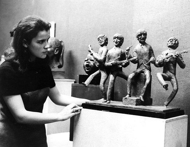 12. Bir sergide heykellerine bile aşık olan hayran.