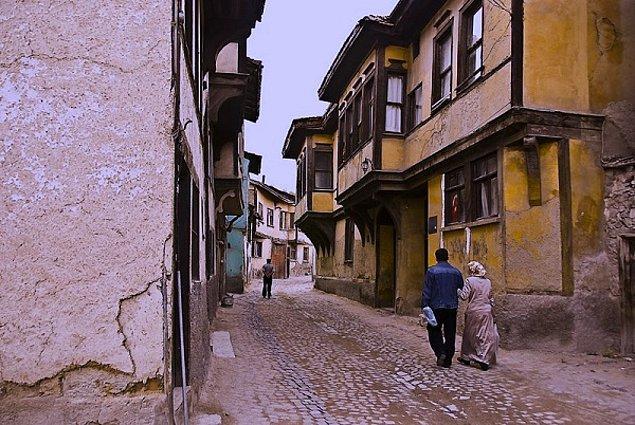 12. Germiyan Sokağı içindeki asırlık evlerin yanından geçerken nerede olduğunu unuttuğun dakikaları yaşamak.