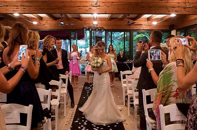 İtalya'nın Lissona kasabasında spor eğitmenliği yapan 40 yaşındaki kadın kendisiyle evlendiği düğünün fotoğraflarını Facebook'ta paylaşınca...