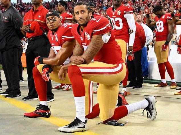 Amerikan futbolu oyuncusu Colin Kaapernick, geçtiğimiz yıldan beri Amerika'nın ulusal marşında diz çökerek ırkçılığı protesto ediyor.