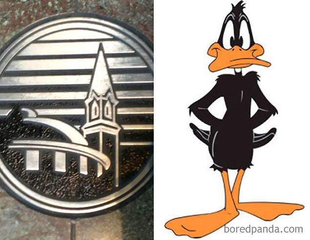 30. Saman altından su yürütmek senin işin Daffy Duck...