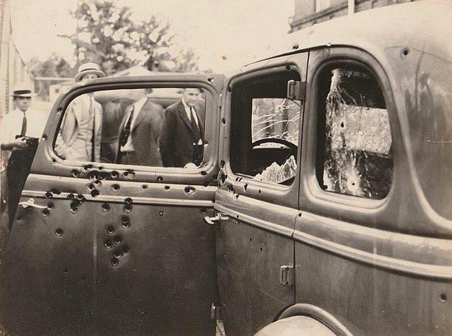 3. 30'lu yıllarda ABD'de banka ve dükkanları soyan ünlü ikili Bonnie ve Clyde'ın yetkililer tarafından öldürülmesi sırasında arabalarına isabet etmiş mermi delikleri, 1934.