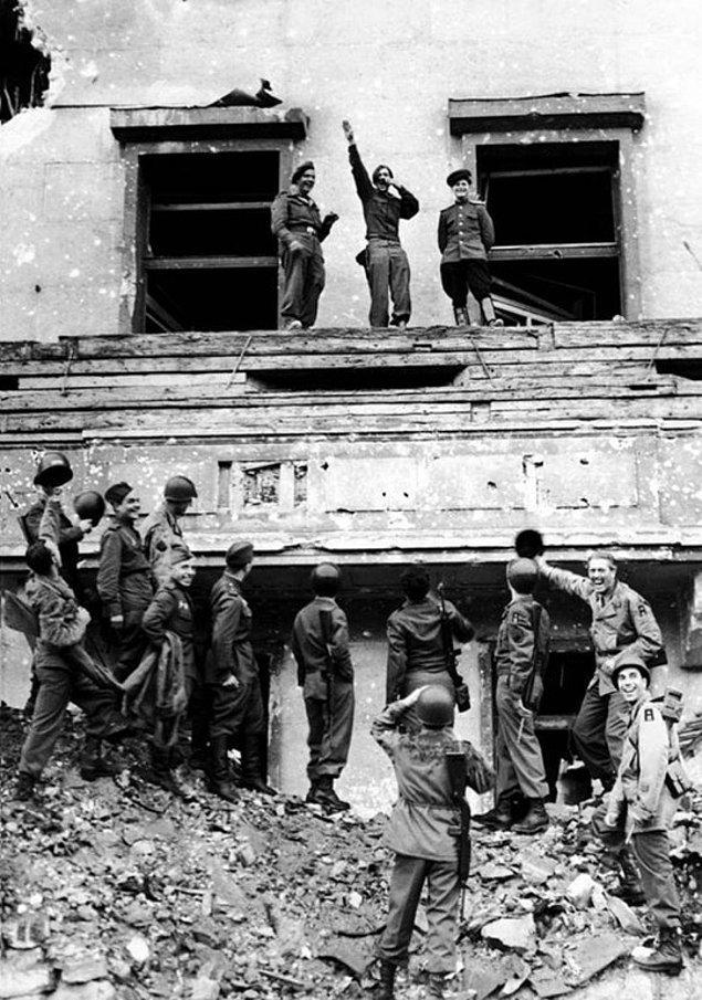6. Müttefik güçleri, II. Dünya Savaşı'nın bitmesinin hemen ardından Almanya başbakanlığı ofisi Reichskanzlei'nin balkonunda Hitler gibi dikilip selam verirken, Ağustos, 1945.
