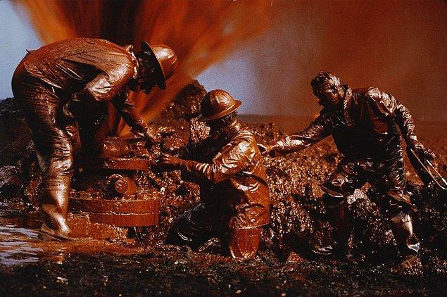 8. Kuveyt'teki petrol yangınları sırasında bir petrol kuyusunu sızdırmaz hale getiren itfaiyeciler, 1991.