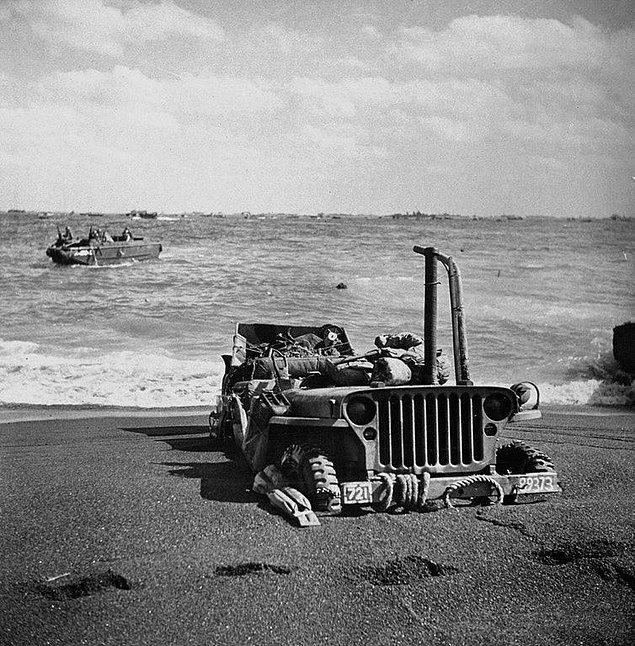 14. Iwo Jima'da kuma saplanıp kalmış bir jip, 1945.