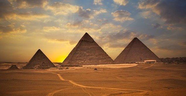 Başkent Kahire'deki Gize'yi çevreleyen antik mezar kentte bulunan üç anıtsal piramitten en eski ve en büyük olanı Büyük Piramit.