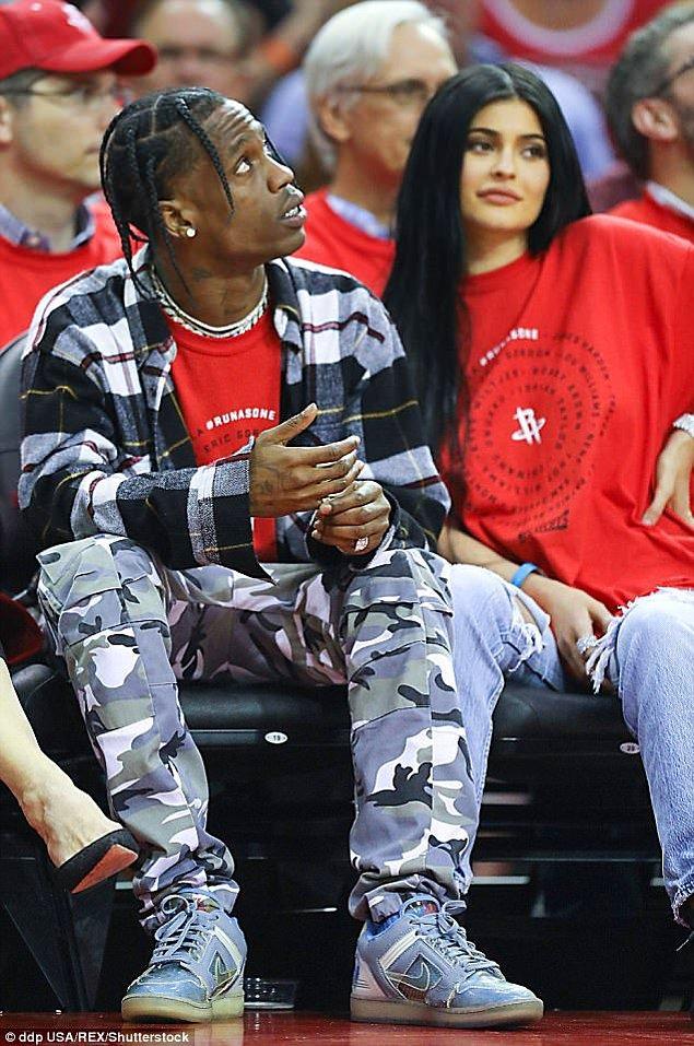 Travis Scott ve Kylie Jenner ise ailenin en son bebek haberini veren çifti oldu. Kylie 6 aydır birlikte olduğu erkek arkadaşıyla bir bebek sahibi olacakları müjdesini verdi.