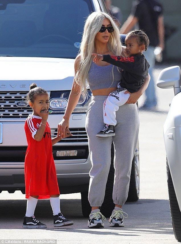 Son günlerde Kim ve Kanye ise bol bol aile saadeti yaşıyor. Ocak ayında aileye katılacak bebek bir kız olacakmış.