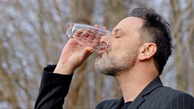 Sinirlendikçe, kafası karıştıkça, plan yaptıkça bol bol dehidrasyon yaşayan biri. Galon galon suyu içmeden duramıyor.