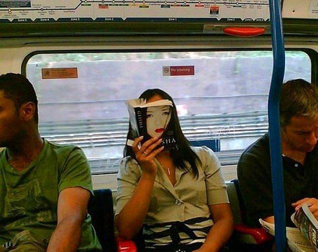 2. Bu akmayan trafikte geçen sıkıcı zamanı ise sessiz sakince sindiğiniz yerde ya kitap okuyarak ya da telefonla oyalanarak geçirmeye bayılırsınız.