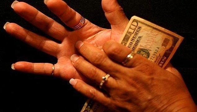 """8. """"Sağ avucun kaşınıyorsa para gelir!"""" dediler, biz de inandık. Büyüdük hala gelecek diye bekliyoruz."""