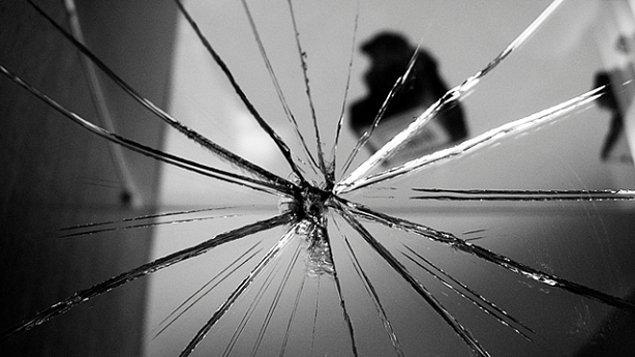"""19. """"Ayna kırmak 7 yıl uğursuzluk getirir!"""" cümlesi yüzünden yanlışlıkla kırılan aynaların ceremesini çektik."""