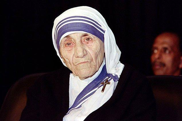 8. Rahibe Teresa, yoldaşlarına ölmek üzere olan hastaları gizlice vaftiz etmeye teşvik etmiş. Müslüman ya da Hindu olsalar bile.