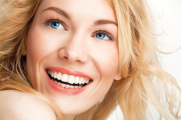 Dünyada önce ünlülerle başlayan, daha sonra da halka yansıyan bir diş trendi var; Hollywood Smile.