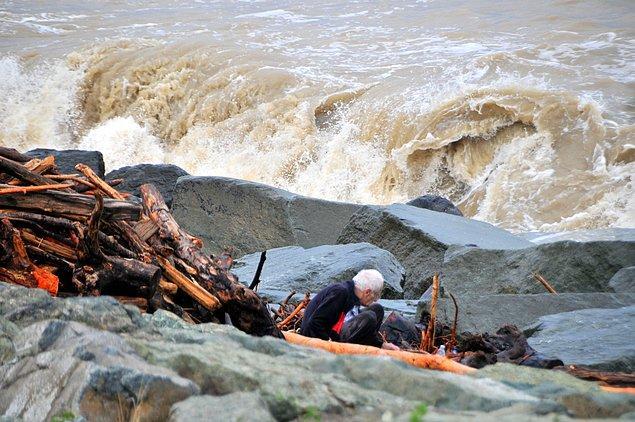 İlerlemiş yaşına rağmen oğluna yardım eden yaşlı adam, kışlık odun ihtiyaçlarını karşılamaya çalıştıklarını söyledi.