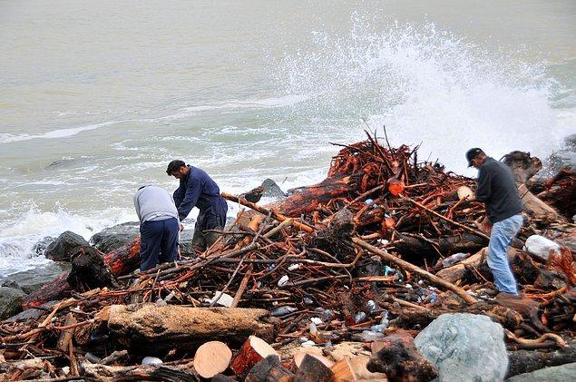 Kışın ısınmak için selin getirdiği odunları toplayan insanlar DHA objektifine böyle yansıdı...