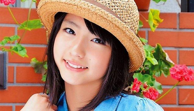 Yaeba birkaç dişin (özellikle köpek dişlerinin) çarpık olduğu bir gülümseme olarak açıklanabilir.