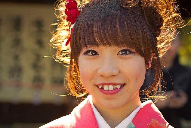 Japonlar da tam da bu sebepten, gençlik belirtisi olarak gördüklerinden bu dişleri beğeniyor.