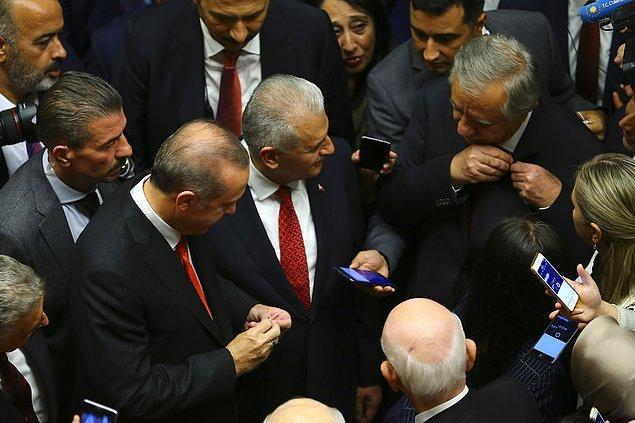 """Erdoğan, MHP Genel Başkan Yardımcısı Celal Adan'la rozetlerini değiştirdi. Adan """"Bayrak değişimi"""" diyerek espri yaptı."""