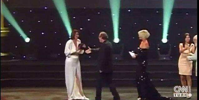 'Buğday' filmi ile En İyi Yönetmen Ödülü'nü kazanan Semih Kaplanoğlu sahneye çıktı. Cumbul kendisine elini uzatan Semih Kaplanoğlu'na karşılık vermedi