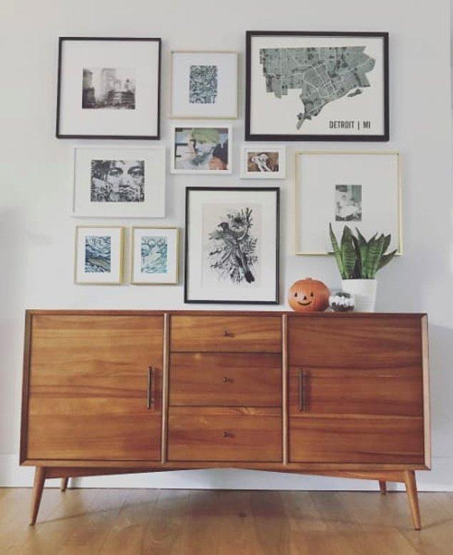 8. Eğer evinizin duvarları eskiyse ve resimler düzgün durmuyorsa, bu fotoğrafta da olduğu gibi farklı farklı asarsın ve sorun ortadan kalkar.