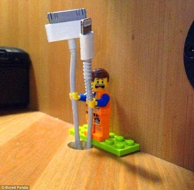 1. Masanın ucundan sarkan kablolar için küçük lego adamları masaya sabitleyebilirsiniz.