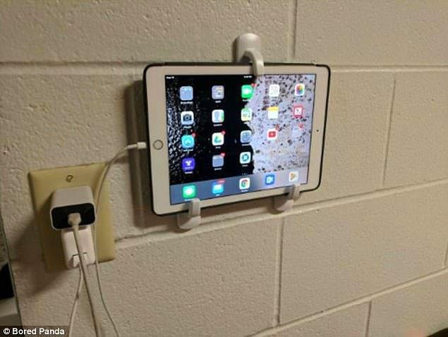 2. Tablet tutucusu ya da bir bakıma pratik duvar TV'si için yapışkanlı duvar askıları.