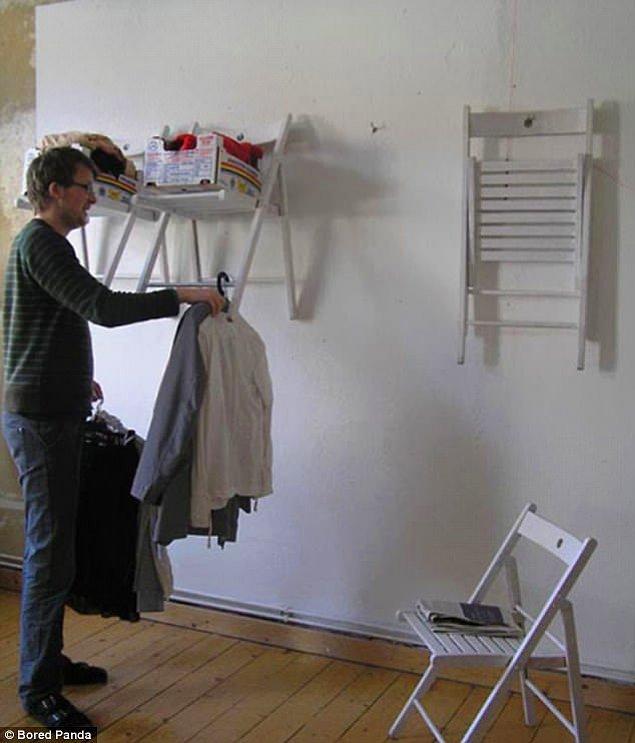 17. Açılıp kapanır sandalyelerle tarz yaratan raf ve duvar askısı.