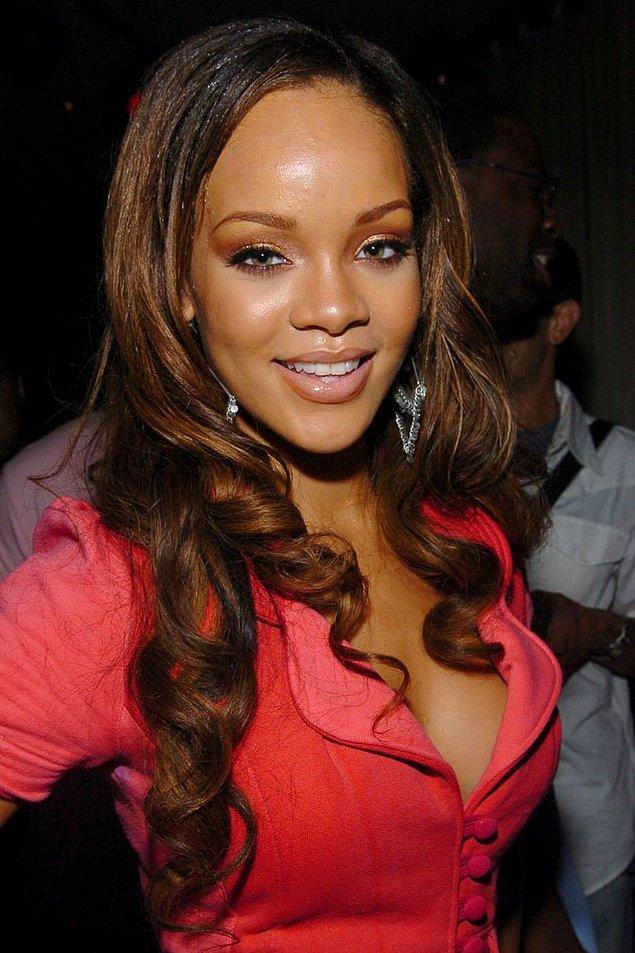"""Haziran 2005'te """"Pon de Replay"""" çıkmadan iki ay önce 17 yaşındaki Rihanna koyu renkli uzun saçlarıyla karşımıza çıkmıştı."""