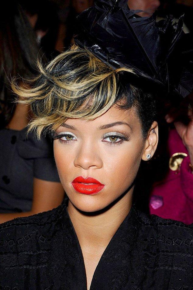 Yaklaşık bir yıl kadar uzunlu kısalı saç modellerinin yanı sıra siyah rengiyle devam eden Rihanna Ekim 2009'da birkaç küçük yenilik yaptı.
