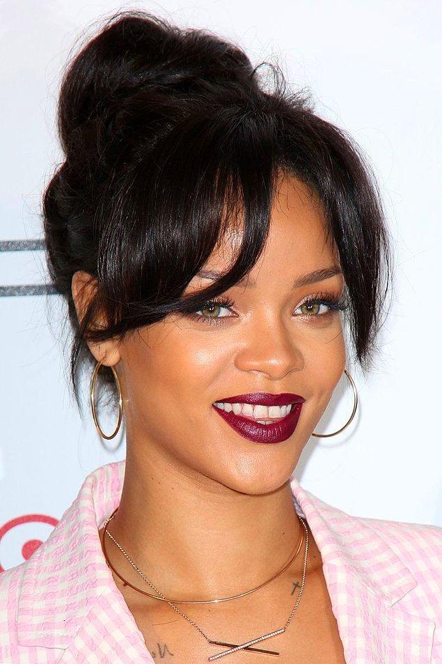 Kasım 2014'te Los Angeles'ta katıldığı prömiyerde koyu kestane-siyah arası saçları ve balerin topuzuyla göz kamaştırdı.