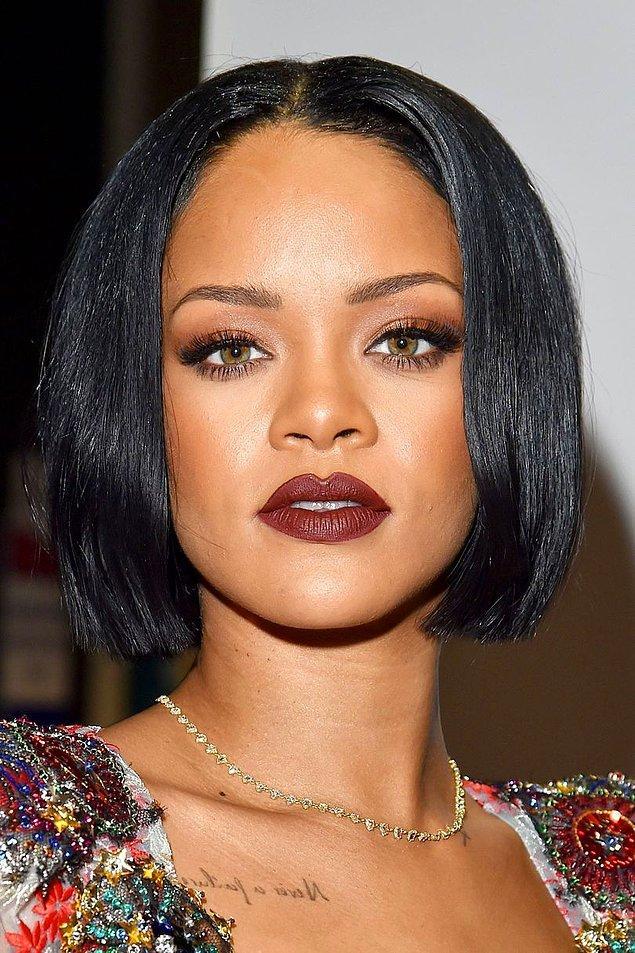 Yıl 2016 Şubat'ını gösterdiğinde Rihanna bu kez ortadan ayrılmış bob kesimi saçlarıyla siyah saçtaki iddialı duruşunu bir kez daha ön plana çıkardı.