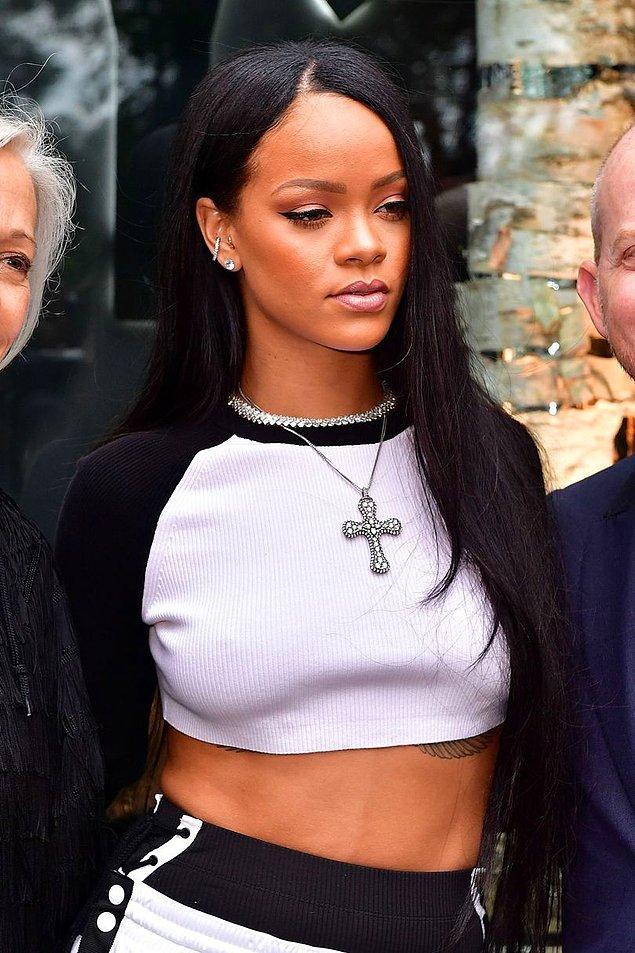 Kısa saç çok yakışsa da bele gelen uzun saçlar Rihanna'ya bambaşka bir hava katıyordu. 😎