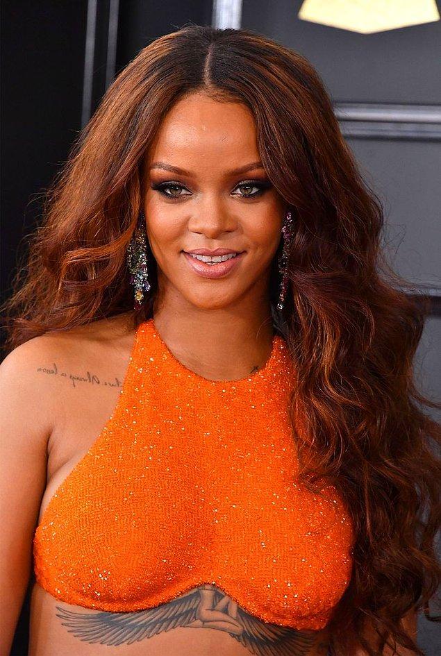 Şubat 2017'deki Grammy Ödül Töreni'ne dalgalı ve uzun saçlarıyla katıldı.