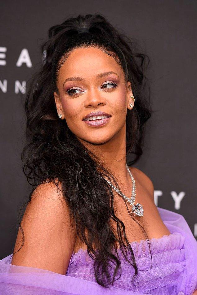 Eylül 2017'ye geldiğimiz yani şimdilerde siyah saçla yola devam ediyor Rihanna. Bakalım başka hangi renk hangi stiller eklenecek bu saç evrimine...