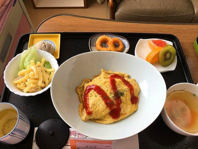 Omuraisu (kızarmış yumurtalı, ketçaplı pilav), makarna salatası, tavuk çorbası, kalamar, meyve, yeşil çay.