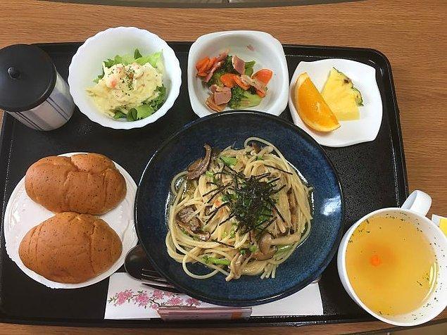 Mantarlı makarna, patates salatası, brokoli ve bacon salatası, tavuk suyu çorba, meyve, ekmek, yeşil çay