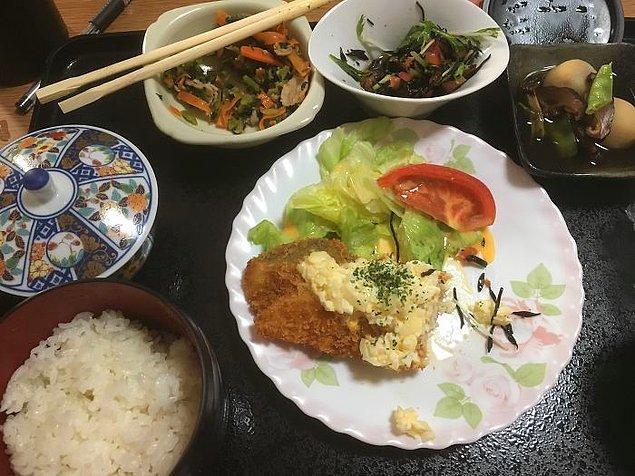 Tarator soslu kızarmış balık, yaban patatesi, hijiki (bir tür deniz sebzesi) salatası, ıspanak ve havuç sote, pilav, yeşil çay