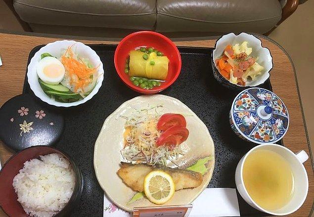 Mezgit, lahana salatası, makarna salatası, tatlı patates ve bezelye, pilav, yeşil çay