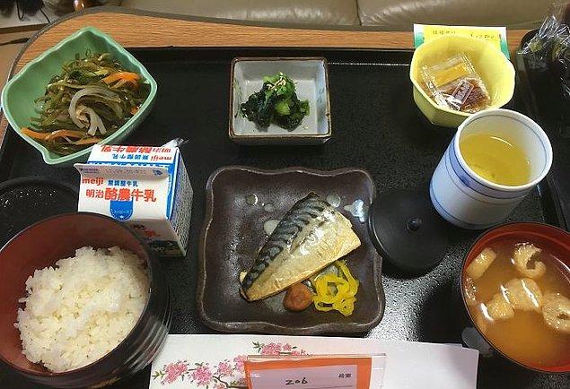Uskumru, konbu (bir tür yosun) salatası, natto, ıspanak salatası, miso çorba, pilav, süt ve yeşil çay