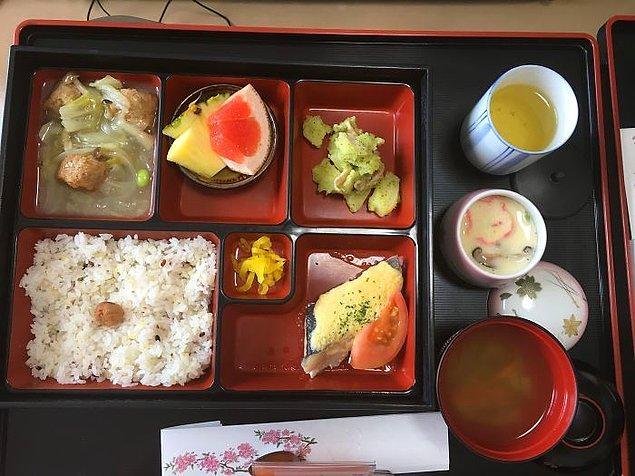 Çipura, makarna salatası, tavuk köfte, daikon (beyaz turp) turşusu, pilav, miso çorbası, chawanmushi, yeşil çay