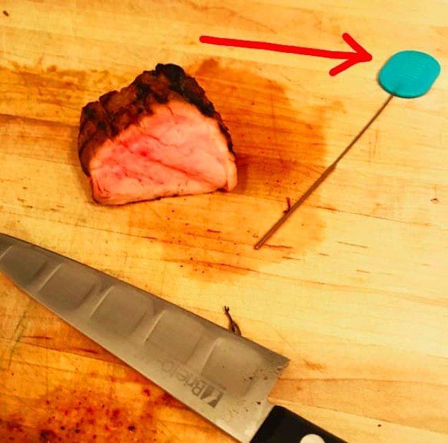 10. Etleri ya da deniz ürünlerini pişirirken içini de kontrol ederiz. Bunun için ise kekleri pişerken kontrol ettiğimiz spatulayı kullanabiliriz.