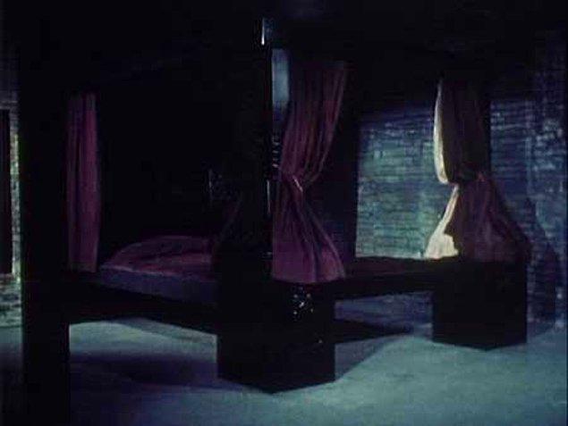 1971'in vahşet dolu korku filmi 'Death Bed: The Bed That Eats' filminde ise başrol bir yatağın kendini canlı canlı yemesiyle ölmüştü.