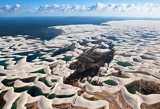 Kum tepeleri arasında binlerce turkuaz lagünleri yağış mevsimi boyunca görebilirsiniz.